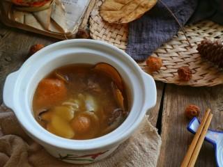 #一碗汤#清燥润肺汤,除海底椰和北杏仁煲好不能食用外,其它的都可以食用。这道汤风寒感冒也不宜食用。(这道汤是6——8人食的量)