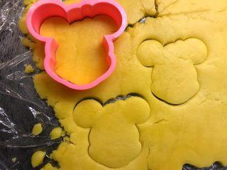 卡通饼干,将模具外圈放在面团上压出形状