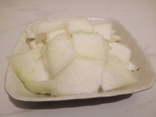 一碗汤+简单不失美味的冬瓜丸子汤,冬瓜,去皮,切小片