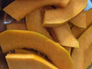 芝香南瓜黄金软包,南瓜去皮切片,隔水蒸20分钟。未蒸之前南瓜重450g