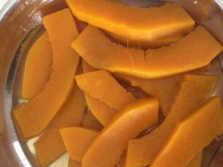 芝香南瓜黄金软包,蒸熟后南瓜出了很多水,沥干不要,只要肉。