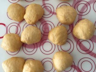芝香南瓜黄金软包,一发后面团重540g,我平均分成12个,每个45g