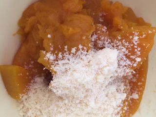 芝香南瓜黄金软包,发酵的时候做南瓜芝士酱 在装有164g南瓜肉的碗里放入芝士粉,我用的卡夫芝士粉