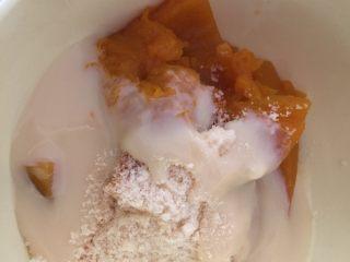 芝香南瓜黄金软包,放入炼乳