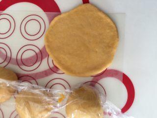芝香南瓜黄金软包,保鲜膜盖着,防止风干 取一个小面团擀成圆形