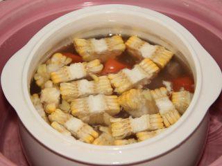 胡萝卜玉米排骨汤,炖到1.5小时后,放入胡萝卜和玉米。