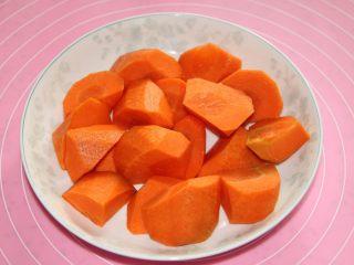 胡萝卜玉米排骨汤,炖汤的时间,把胡萝卜切块。