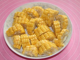 胡萝卜玉米排骨汤,炖汤的时间,把玉米切块。