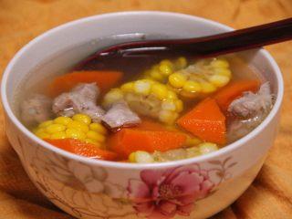 胡萝卜玉米排骨汤,时间到后,撒点盐,即可装碗。看似清淡,但喝一口,刚刚好,不咸不淡不油腻,略带一丝丝甜味。