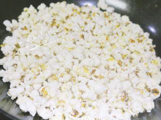 香甜爆米花 宝宝辅食,外面买不到的健康,可以看到玉米粒已经爆成米花了,立即加1勺糖,然后用铲子搅拌,待糖融化后沾到爆米花上即可关火。香甜的爆米花就完成了。