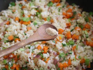 日式蛋包饭,翻炒后加入鸡精、盐,翻炒均匀后盛起备用。