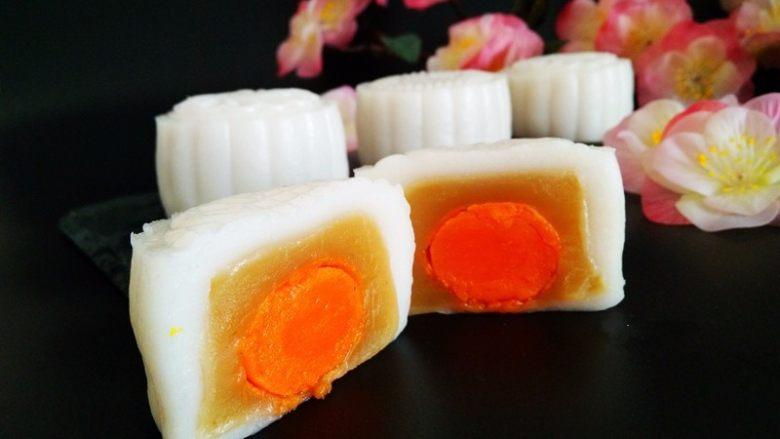莲蓉蛋黄冰皮月饼