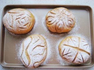 葡萄干红糖软欧,筛上一层薄薄的干面粉。用锋利的刀片割出喜欢的花纹。
