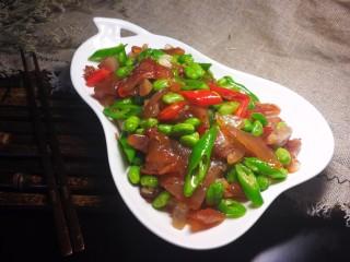 牛筋炒毛豆,出锅成盘