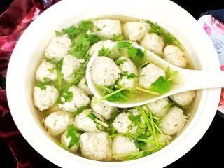 超级鲜美无敌肉丸靓汤,肉丸汤盛入汤碗中,加入适量的醋,撒上香菜末即可