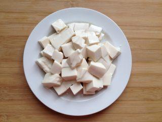 金沙豆腐,内酯豆腐切小块