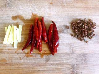 麻辣鸡脖,姜切丝(因为我不吃姜,只用来借味儿,所以切的比较粗,这样不容易吃到),泡好的干辣椒用到切或是用手撕成两段,如果用手撕的话不要揉眼睛呦以免辣到眼睛!花椒准备好,喜欢花椒的可以多放一点,还有大料,这里忘记入镜了。