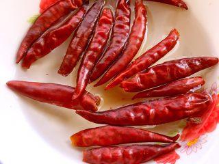 麻辣鸡脖,煮鸡脖子的时候可以把干辣椒用热水泡一下,这样对于新手来说比较不容易变黑变糊。