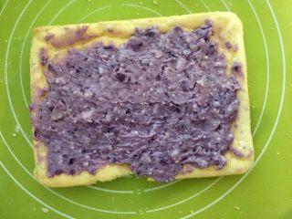 紫薯蛋糕卷,涂抹上紫薯芋头泥,铺满