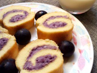紫薯蛋糕卷,取出来切盘就可以吃了