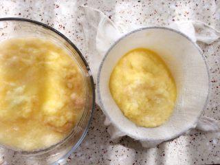 土豆水晶包子,准备一个小碗,一个干净纱布,纱布放碗上,舀入1勺土豆泥;
