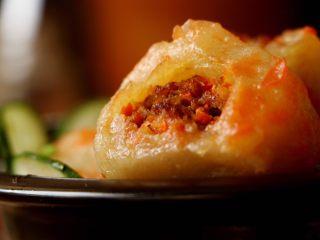 土豆水晶包子,最后裹上西红柿酱吃,简直美味极了!