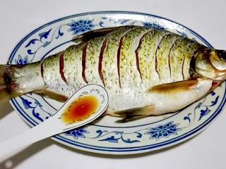 红红火火~清蒸鳊鱼,腌制时间完成,淋料酒两勺鱼身上