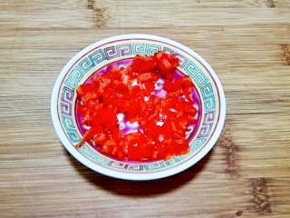 红红火火~清蒸鳊鱼,红辣椒切细粒盛盘