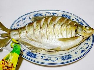 红红火火~清蒸鳊鱼,取出来,去掉姜片,放少许白胡椒粉去腥