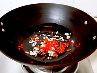 红红火火~清蒸鳊鱼,放红辣椒粒炒熟