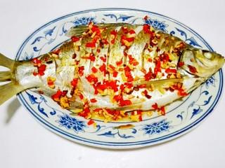 红红火火~清蒸鳊鱼,将红辣椒粒,蒜粒一起均匀倒在鱼身上