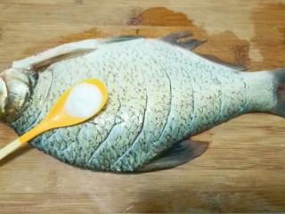 红红火火~清蒸鳊鱼,一小勺盐均匀撒在鱼肚和表面,用手按摩几下入味