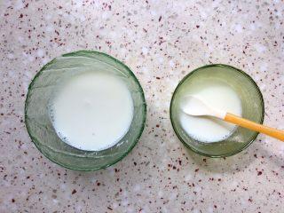 植物油红枣软欧,牛奶提前加热,分开2个碗放;