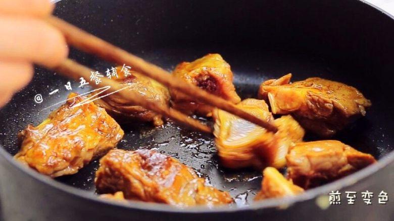 时蔬排骨饭 宝宝辅食 大米+糯米+杏鲍菇,热锅,倒一点油,排骨放进锅中,两面都煎到变色,捞出来备用。