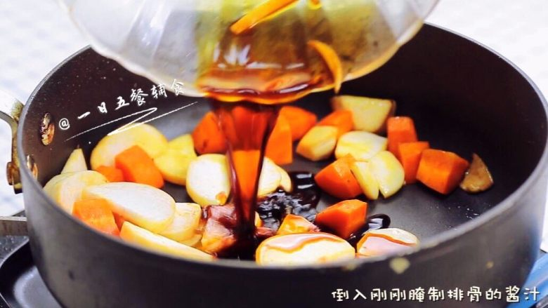 时蔬排骨饭 宝宝辅食 大米+糯米+杏鲍菇, 直接继续在锅中炒胡萝卜,翻炒1分钟,加杏鲍菇。炒均匀后,倒入刚刚腌制排骨的酱汁。