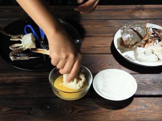 酱烧螃蟹,再蘸上一层蛋液