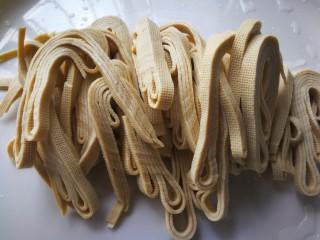 千张鲈鱼,把备用的千张丝平铺在葱姜上,这一步忘记拍了。