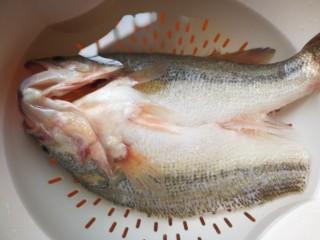 千张鲈鱼,清水中浸泡去血水后滤干