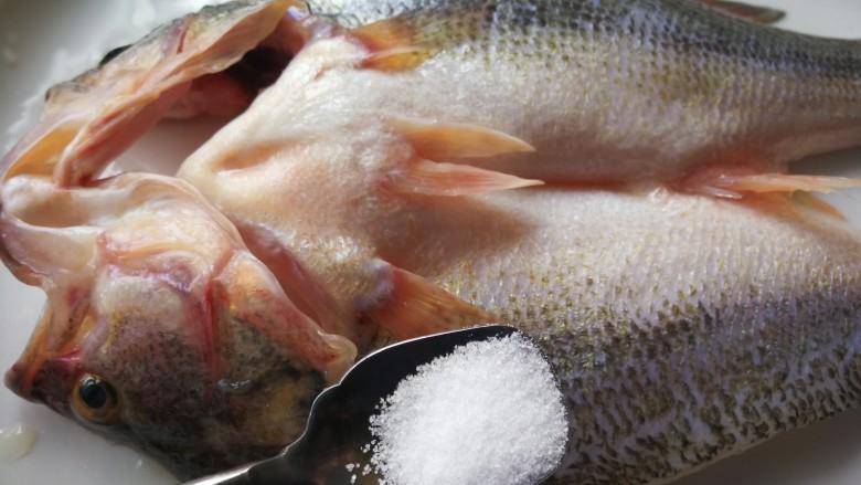 千张鲈鱼,盐均匀涂抹在鱼的正反面按摩出粘液