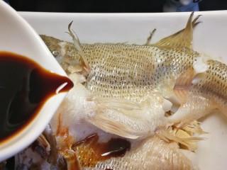 千张鲈鱼,倒出盘中蒸多出的水,淋上蒸鱼豉油。