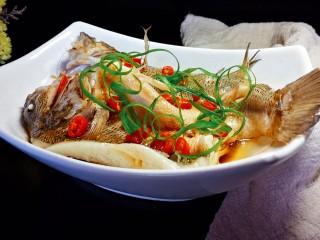 千张鲈鱼,摆上事先劈好的葱丝。味道超赞的千张鲈鱼就完成了。开始享用~