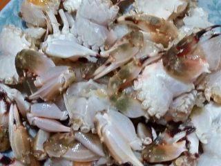 咖喱蟹,将蟹子洗净去壳、身子切成两块、刀口处沾上干粉备用。