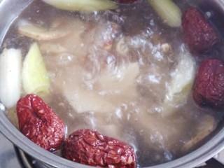 一碗汤十#红枣芡实淮山煲猪肉汤#(创建于29/9~2017),大火烧开,转小火烧煮1个半小时。
