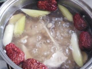 一碗汤十#红枣芡实淮山煲猪肉汤#(创建于29/9~2017),再放入蒸过的淮山药,烧煮10分钟。