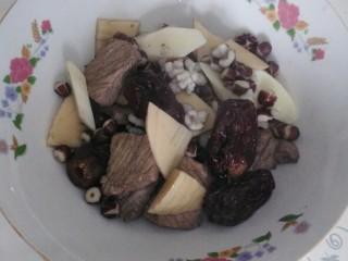 一碗汤十#红枣芡实淮山煲猪肉汤#(创建于29/9~2017),把成熟的食材捞起,装入汤豌。