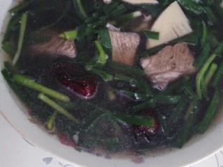 一碗汤十#红枣芡实淮山煲猪肉汤#(创建于29/9~2017),捞起韭菜装入汤豌,把汤汁倒入汤豌,即成,Ok。