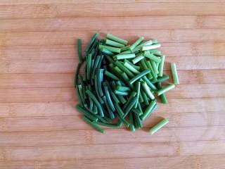 糖醋虎皮鹌鹑蛋,蒜薹洗净切2厘米小段