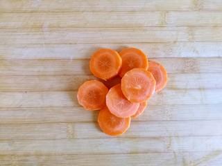 糖醋虎皮鹌鹑蛋,胡萝卜去皮横向切圆片,大约3㎜左右