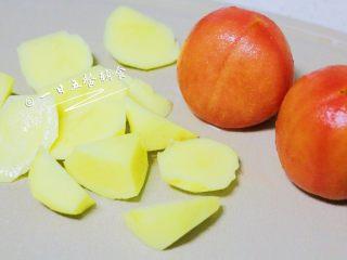 番茄土豆汤 宝宝辅食,酸甜可口营养高, 将番茄洗净,用刀在顶部划个十字。将其放入沸水中,浸泡5分钟,取出剥掉表皮,再切小丁。土豆滚刀切块。 🌻小贴士:土豆可以切成小丁,更容易熬