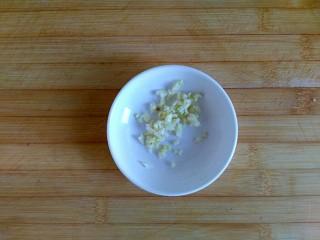 糖醋虎皮鹌鹑蛋,姜蒜切末